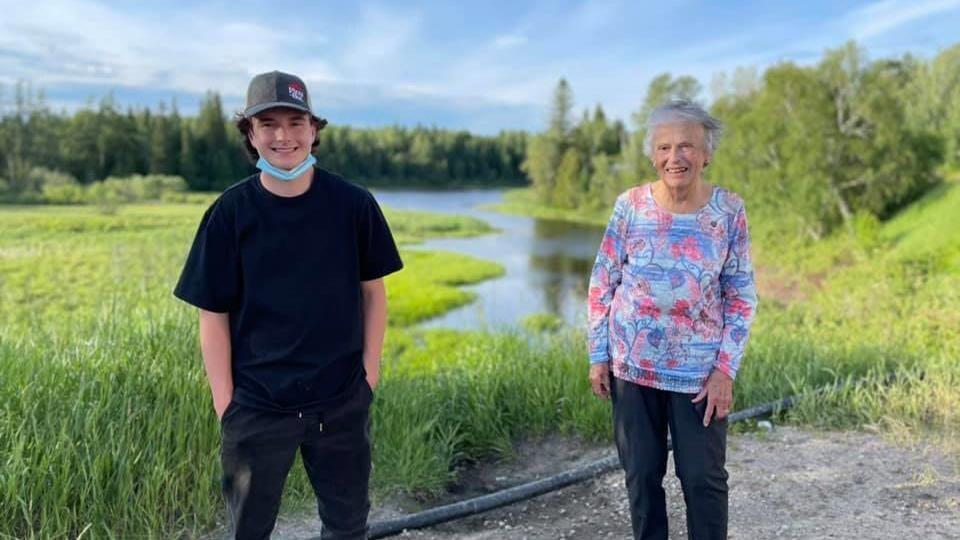 Kaleb et Monica devant un lac à Chapleau.