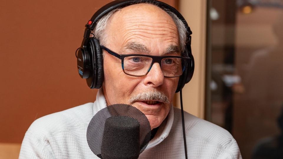 L'artiste à lunettes discute avec l'animatrice.
