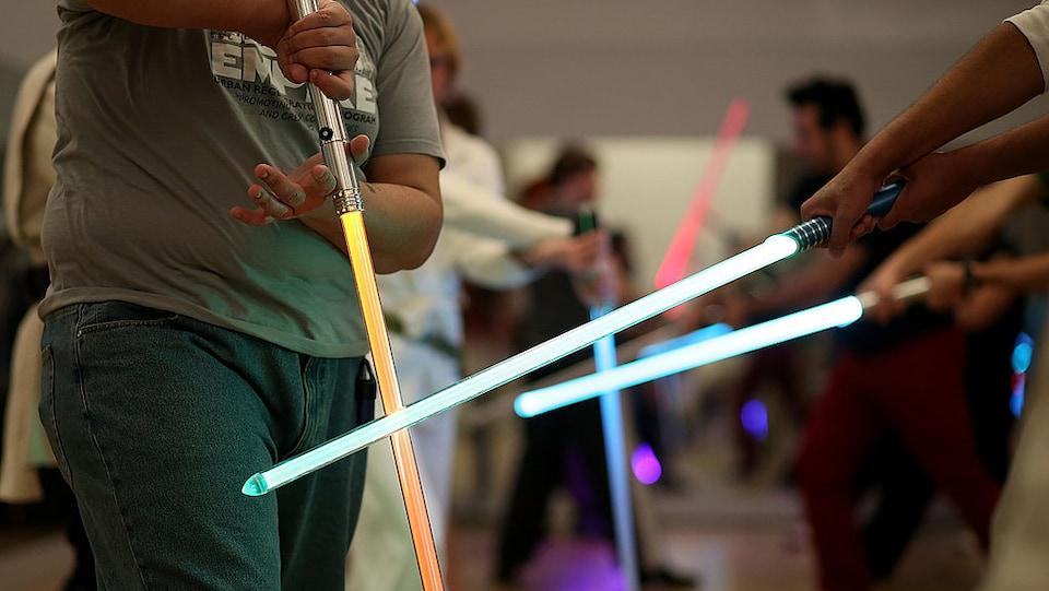 Des fans de Star Wars s'entraînent à devenir des bons « Jedis ».