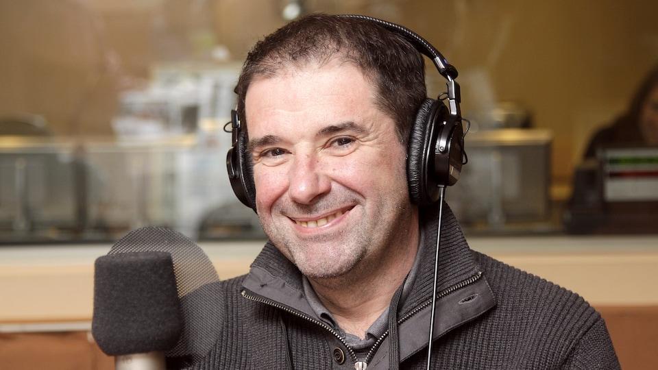 Le chef Jérôme Ferrer dans le studio 18 de Radio-Canada, souriant