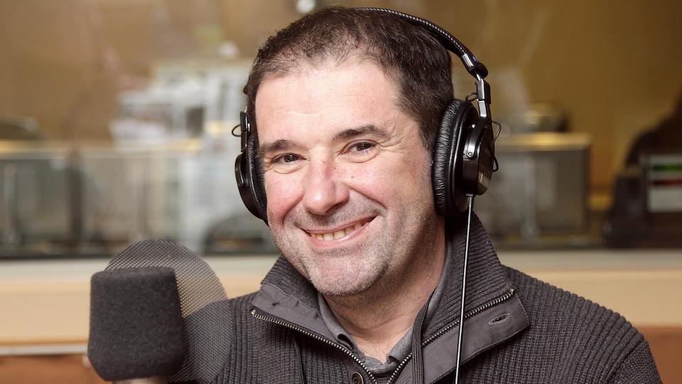 Le chef Jérôme Ferrer dans le studio 18 de Radio-Canada, souriant.