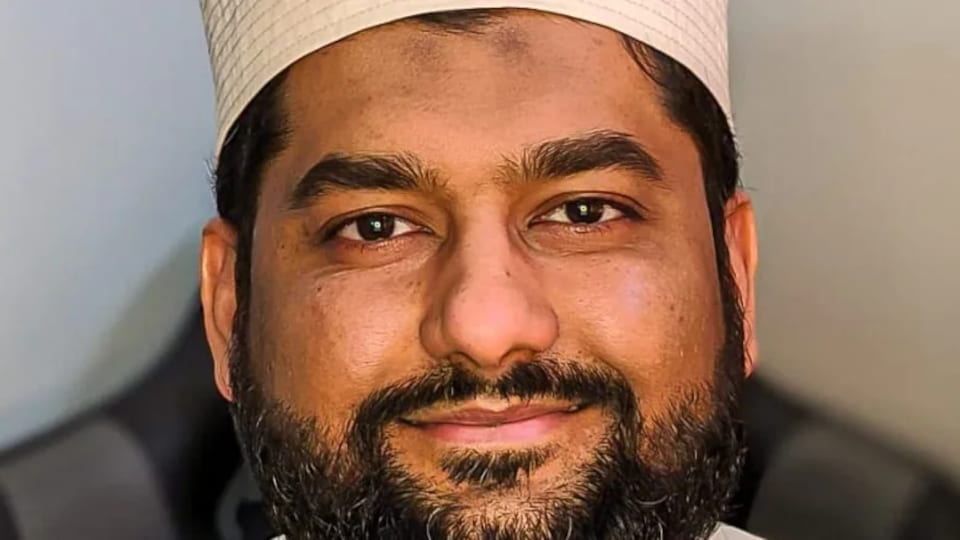 Plan rapproché du visage d'un imam.