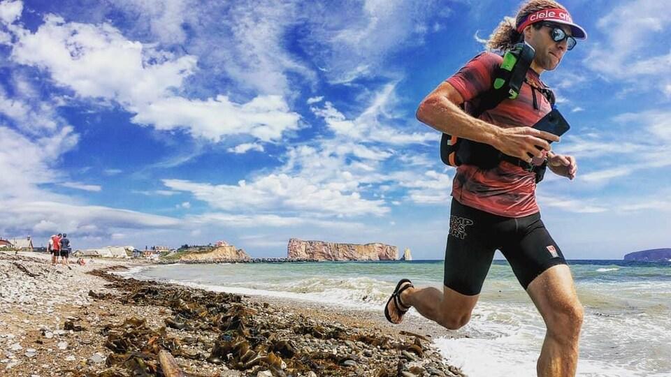 Un coureur sur une plage en sandales