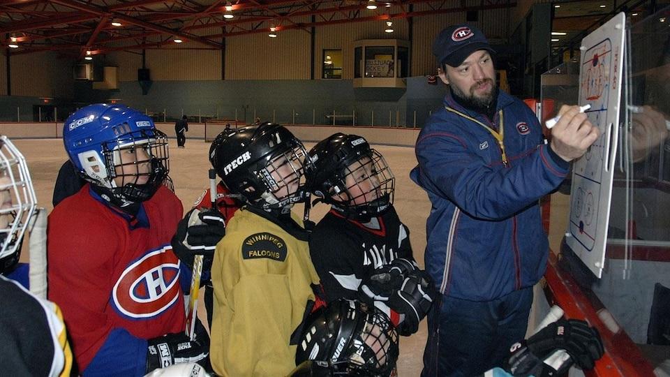 Joé Juneau et des jeunes du Nunavik lors d'un entraînement (archives).