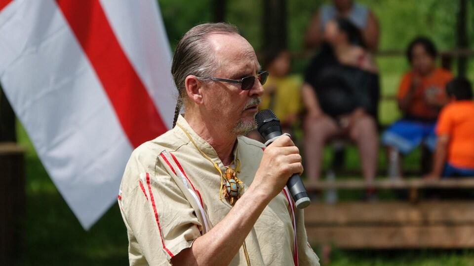 Le chef de la communauté de Gesgapegiag, John Martin, livre un discours.