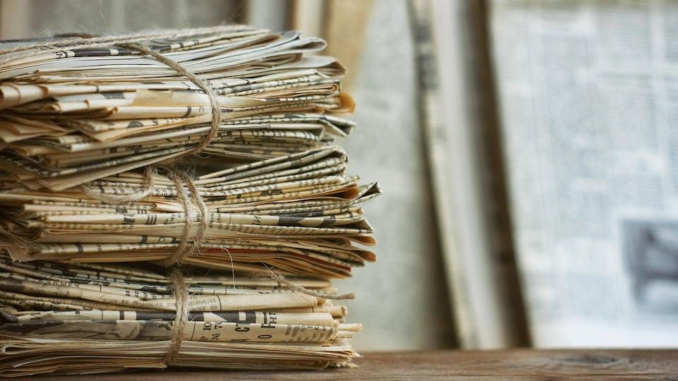 Une pile de journaux anciens.