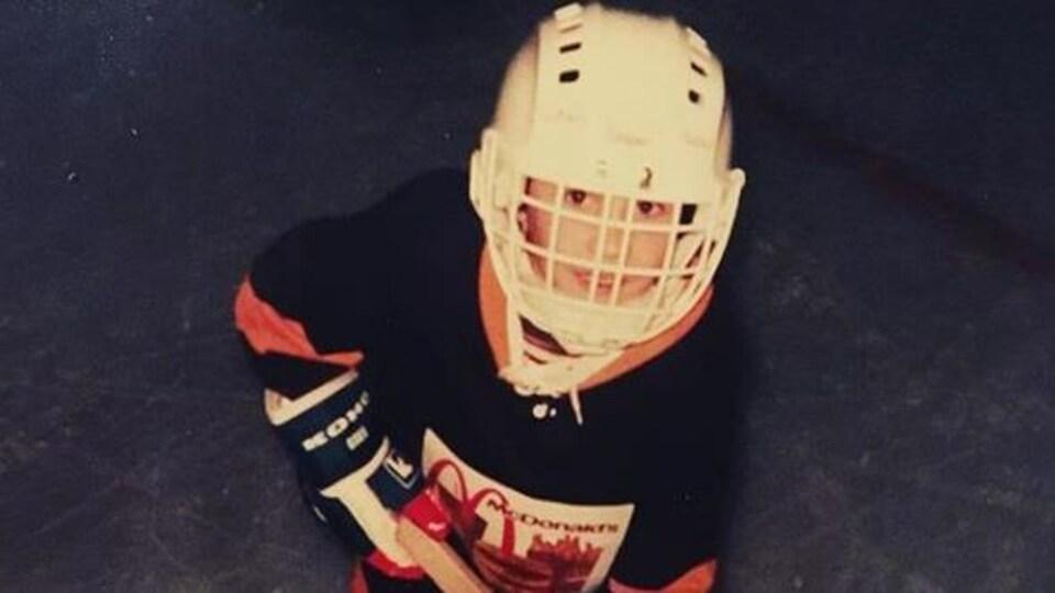 Jean-Philippe Pleau enfant, dans son équipement de hockey.