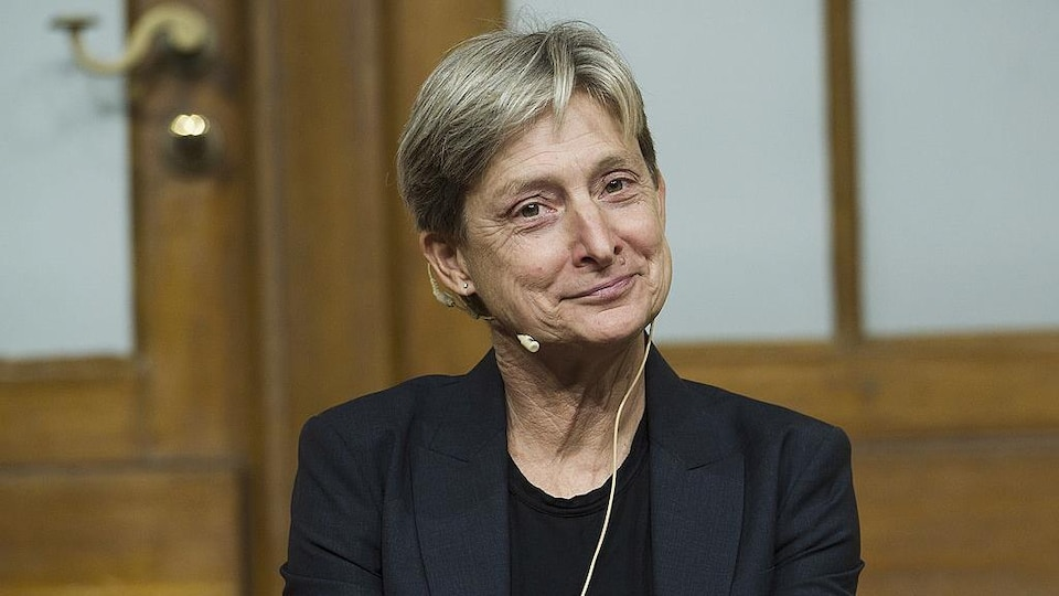L'autrice est vue portant un veston sombre et souriante, lors d'une conférence au Musée juif de Berlin, en septembre 2012.