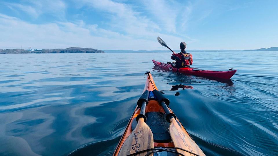Un kayakiste sur la mer