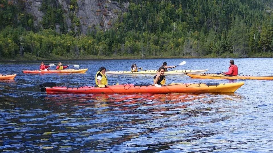 Des jeunes en kayak sur la Côte-Nord