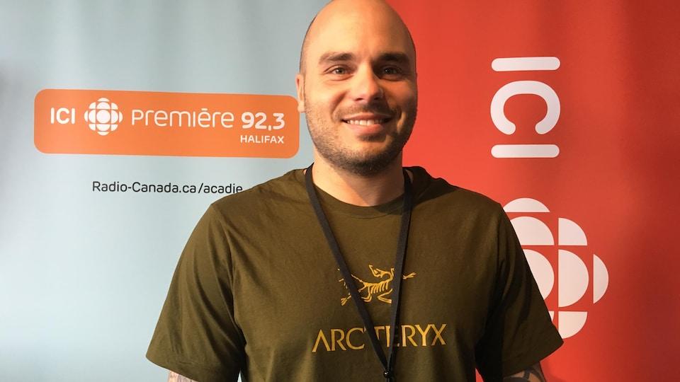 Keven Martel en studio à Radio-Canada Halifax.