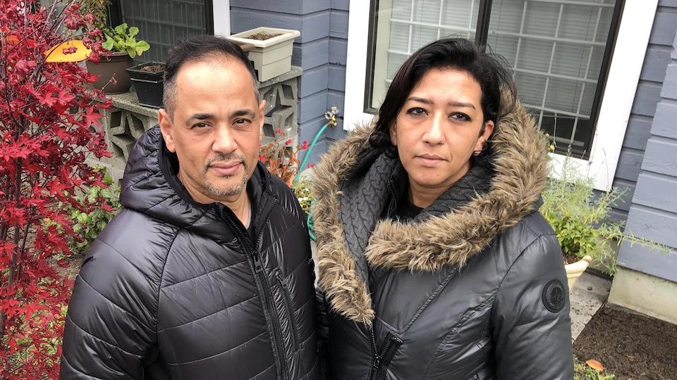 Khalid Kahya et Kawtar El Jamal sont debout l'un à côté de l'autre, dans la cour arrière de leur maison.