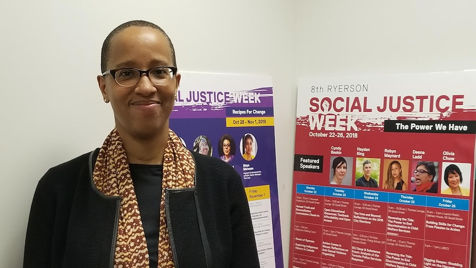 Kiké Roach, professeure à l'Université Ryerson dans son bureau