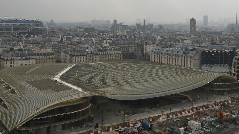 Un bâtiment allongé avec des formes longitudinales arrondies.