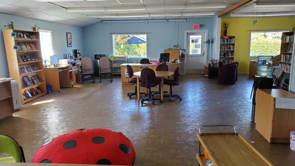L'espace de la bibliothèques  avec des chaises, tables et coussins.