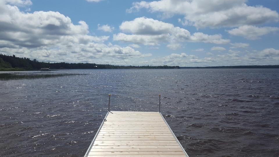 Le site Kinawit est situé aux abords du lac Lemoine, une voie maritime qui était empruntée jadis par les communautés cries et algonquines.