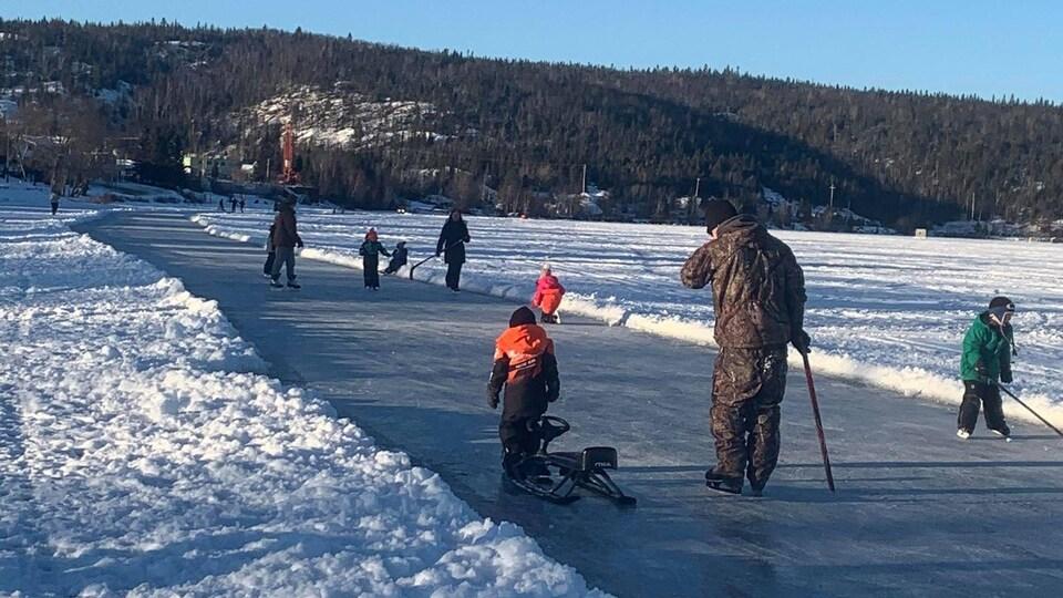 Une dizaine de patineurs se promènent sur la piste du lac Wawa.