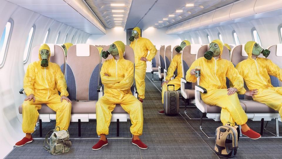 Des passagers portant des masques à gaz assis à l'intérieur d'un avion.
