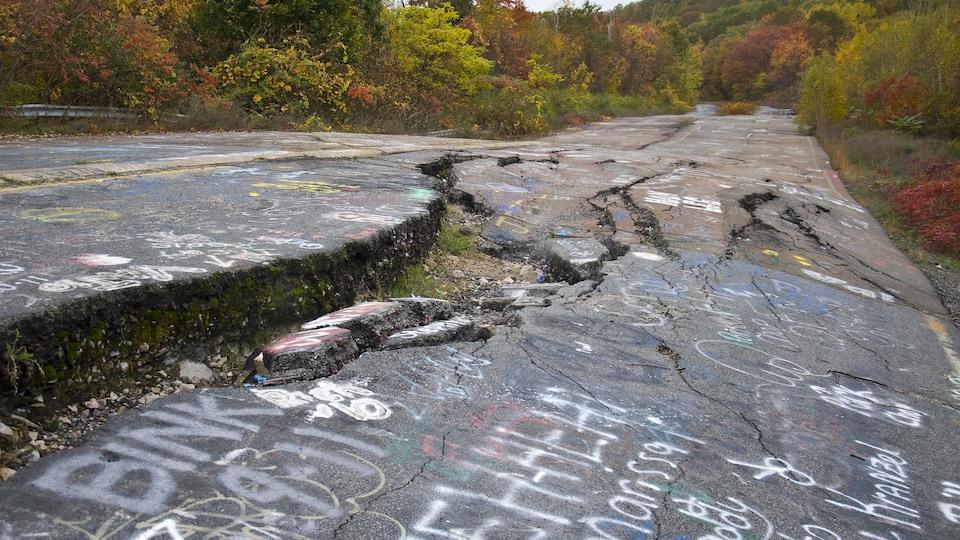 Un gonflement du sol accompagné d'une immense fissure au milieu d'une route abandonnée de la ville américaine de Centralia en Pennsylvanie.