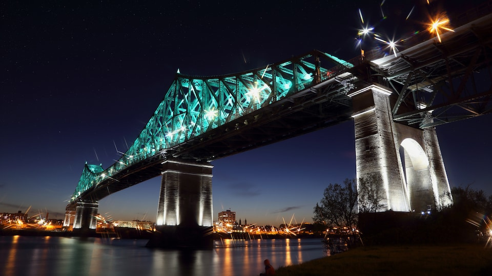 Le pont Jacques-Cartier illuminé.