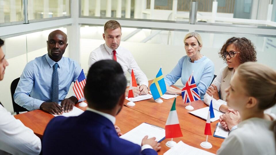 Des représentants de différents pays en discussion autour d'une table.