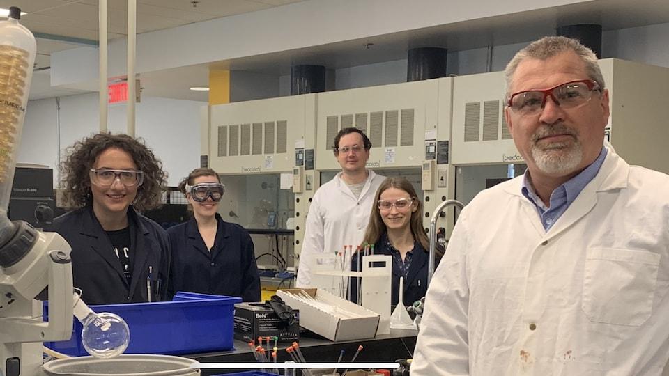 Nicolas Moitessier avec ses chercheurs postdoctoraux dans son laboratoire.