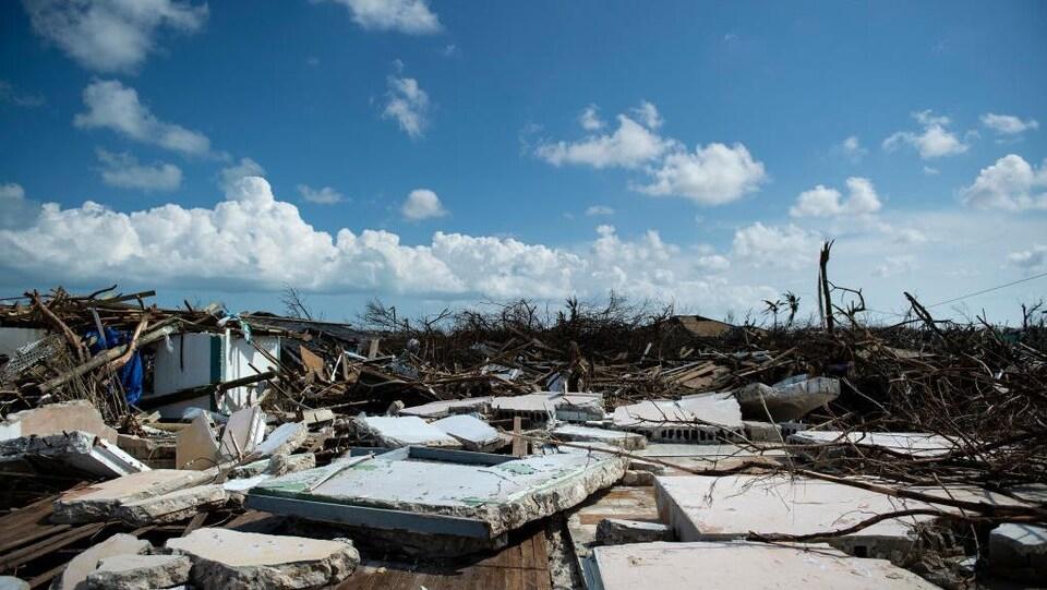 Des débris jonchent le sol dans une zone des Bahamas dévastée par l'ouragan Dorian.
