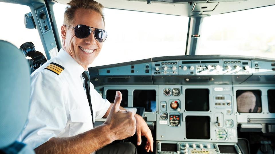 Un pilote dans son cockpit.