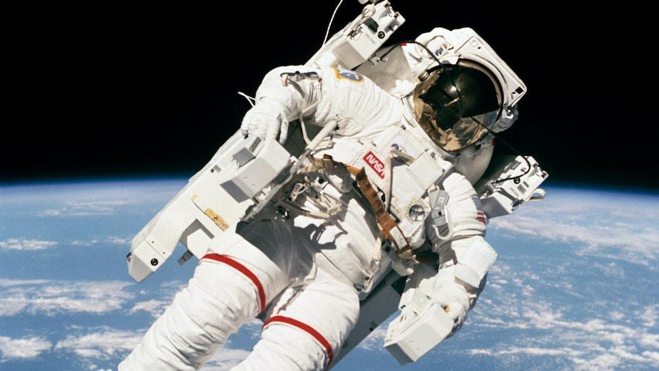Un astronaute dans le vide de l'espace.