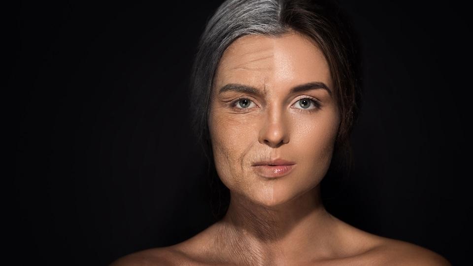 Une femme dont la moitié du visage est jeune, alors que l'autre moitié est âgée.