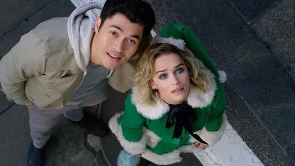 Une scène du film « Last Christmas » dans laquelle deux acteurs regardent vers le ciel.