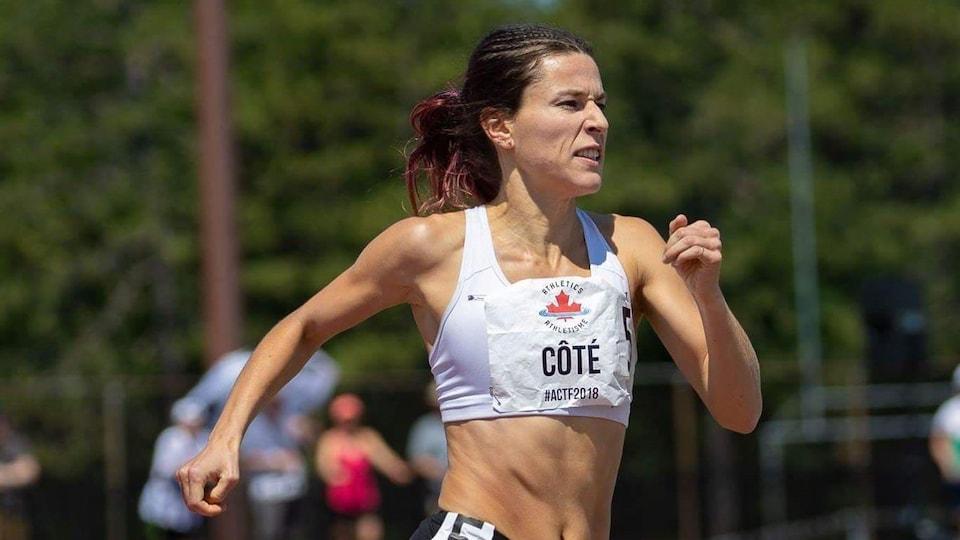 Laurence Côté court sur une piste.