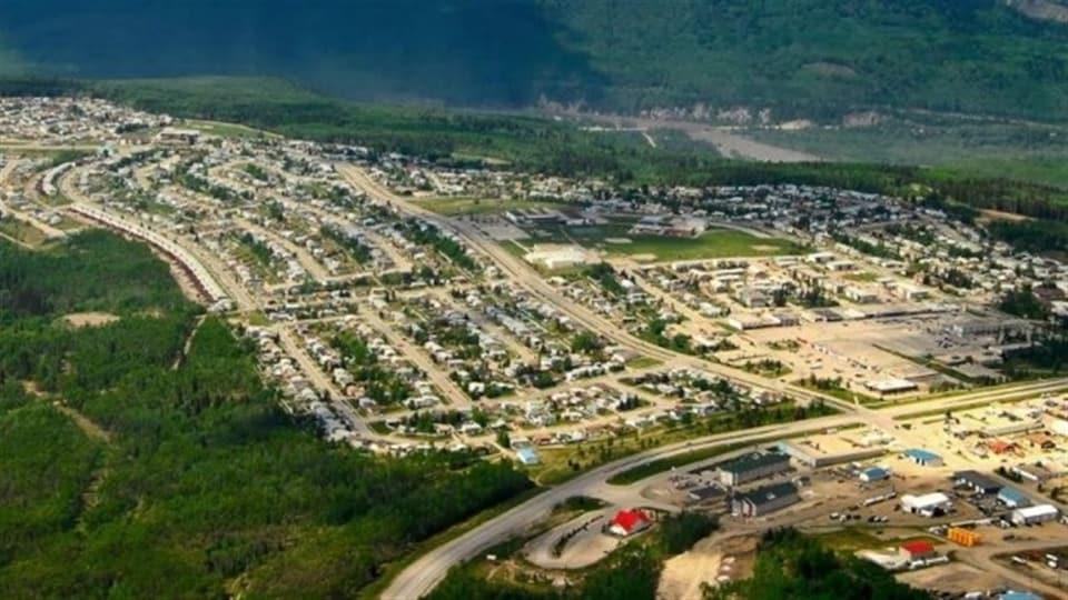 Vue aérienne de Grande Cache, petite municipalité entourée de forêts.