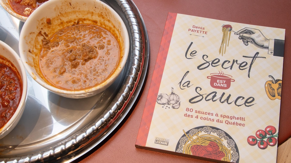 Des bols remplis de sauces à spaghetti et le livre «Le secret est dans la sauce».