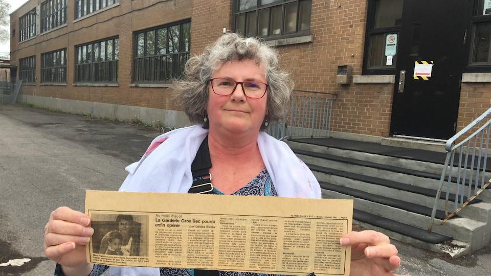 Francine Joly tient un article de journal de l'époque.
