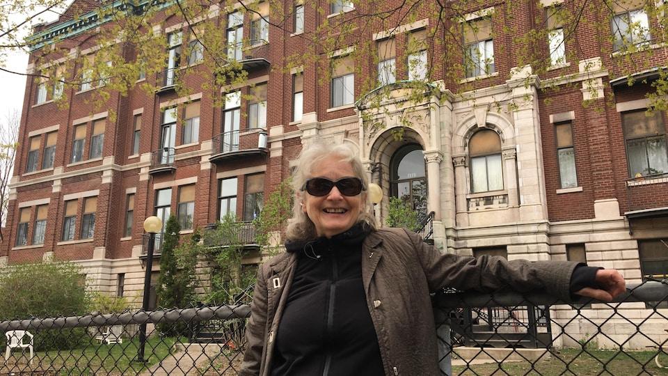 Jocelyne Chabot pose devant un bâtiment.