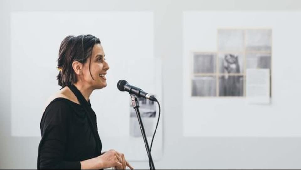 La travailleuse culturelle s'adresse à un auditoire lors d'un lancement.