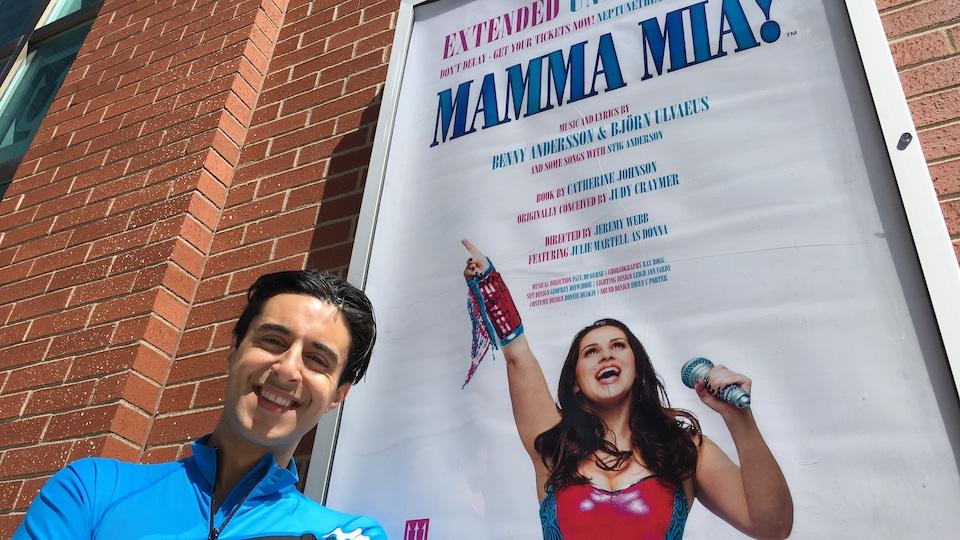 Matt Raffy, devant une affiche à l'extérieur du théâtre.