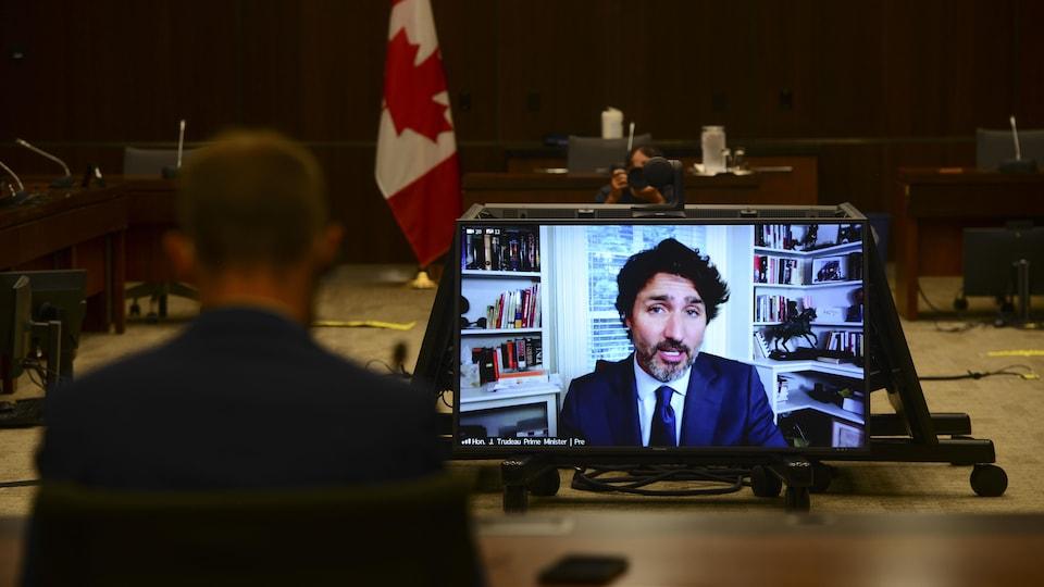 Justin Trudeau soutient que ni lui ni aucun membre de son équipe n'ont « tenté de dicter ou d'influencer » la décision de confier à l'organisme UNIS la gestion de la Bourse canadienne pour le bénévolat étudiant (BCBE).