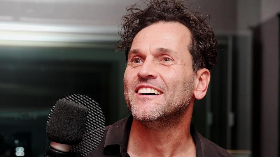 L'auteur-compositeur-interprète Martin Léon raconte sa passion pour la composition de musique.