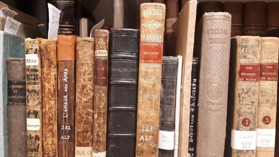 Des livres anciens dans une bibliothèque
