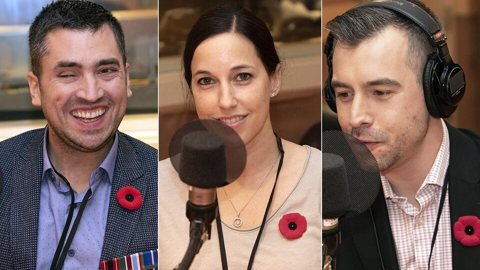 Une femme entourée de deux hommes sont dans un studio de radio.