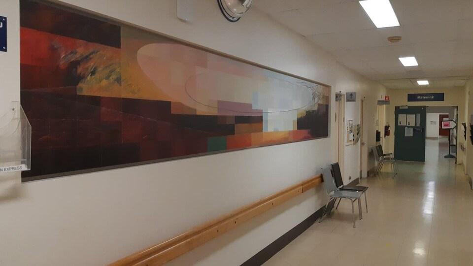 Un grande peinture sur un mur d'hôpital