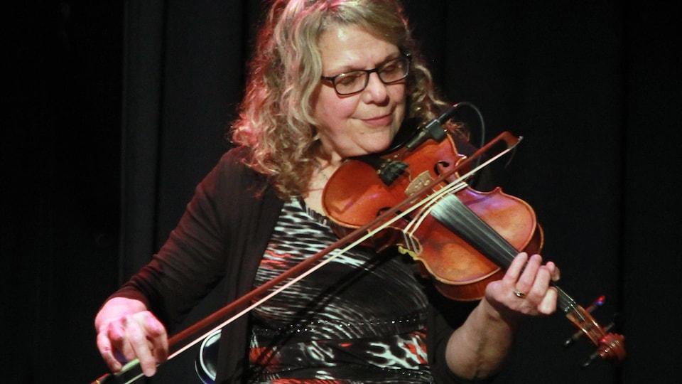 Louise Arsenault joue du violon.