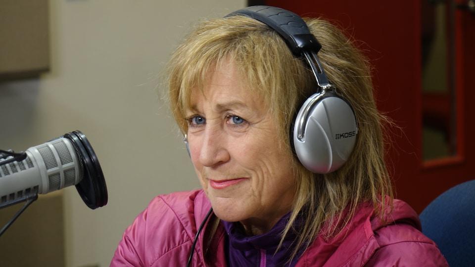 L'intervenante devant un micro dans le studio de Sur le vif à Ottawa