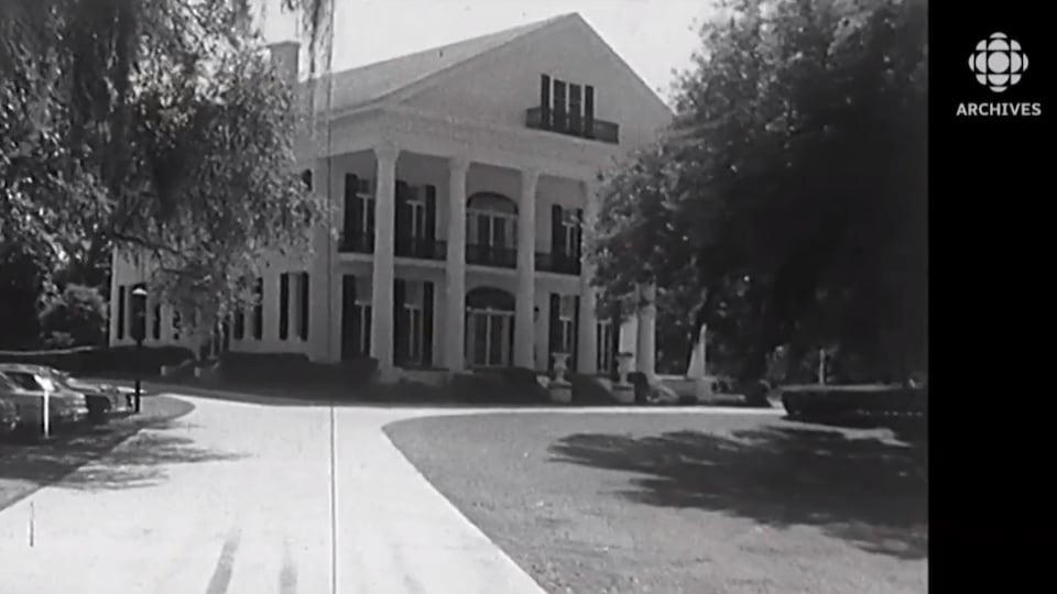 Une route mène à une grande demeure en Louisiane au début des années 1970.