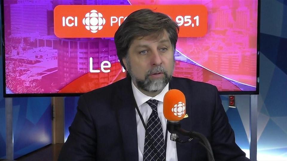 Luc Ferrandez dans un studio radio de Radio-Canada