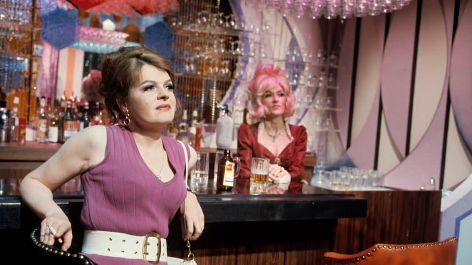 Luce Guilbeault assise dans un bar interprète Thérèse dans la pièce de Michel Tremblay En pièces détachées en 1970.