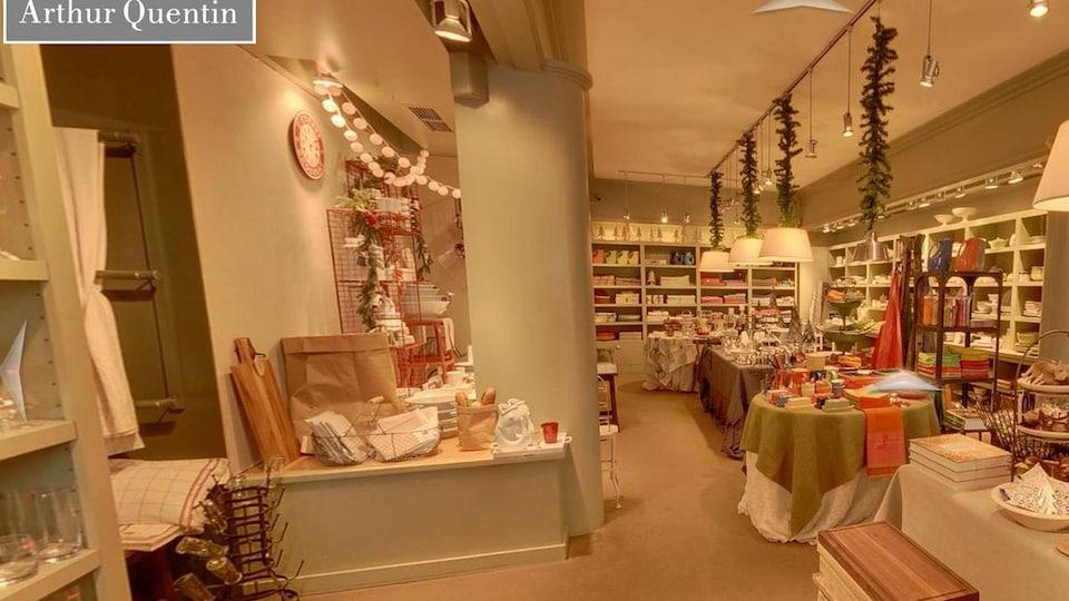 Intérieur d'un magasin avec différents articles de maison.