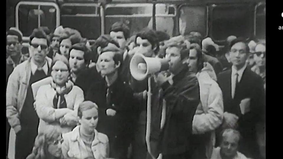 à Paris, Daniel Cohn-Bendit harangue la foule lors d'une manifestation pendant les événements de Mai 1968.